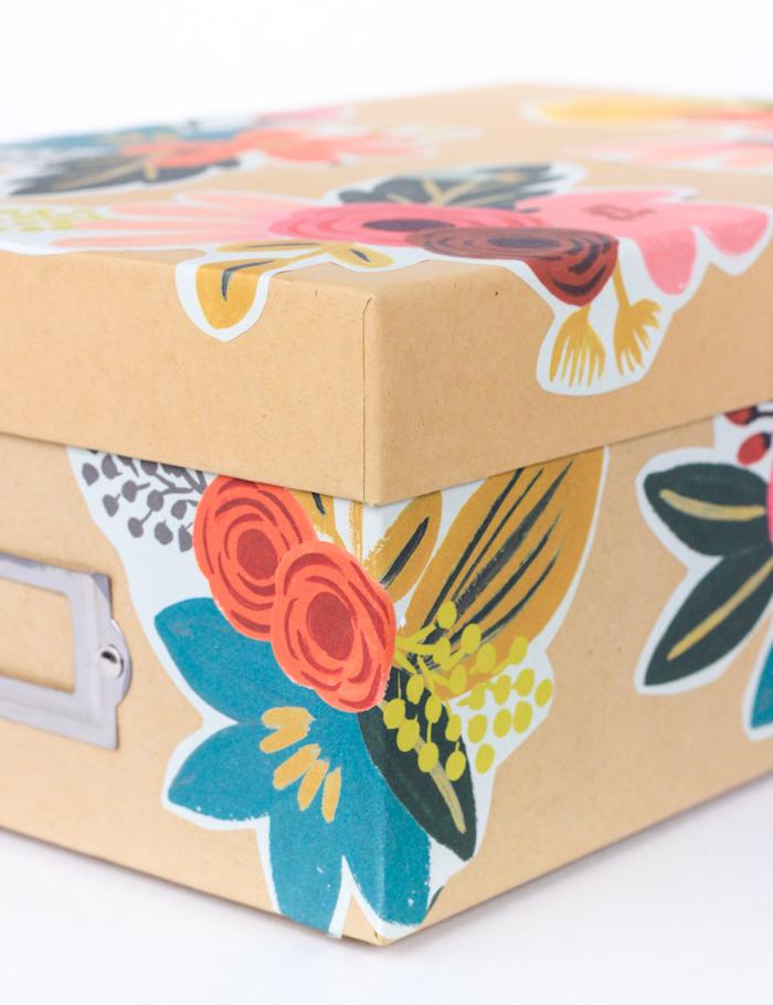Schachtel mit Serviettentechnik dekorieren, coole DIY Idee zum Nachmachen