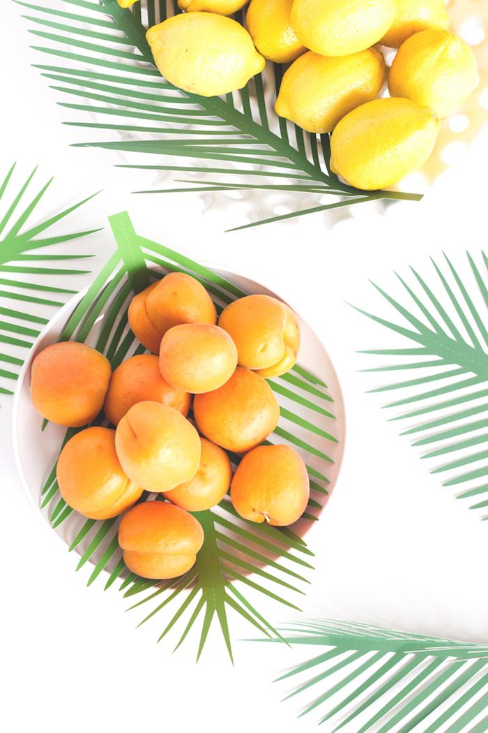 Palmenblätter aus Papier ausschneiden, coole und leichte DIY Idee für Sommer Deko, Schüsseln voll mit Zitrusfrüchten