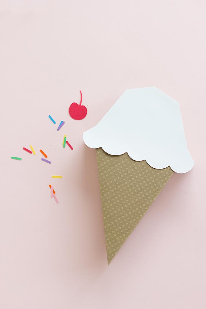 Kreative Idee für Geschenkverpackung, Schachtel in Form von Eis, mit Kirsche und Zuckerstreuseln aus Papier dekoriert