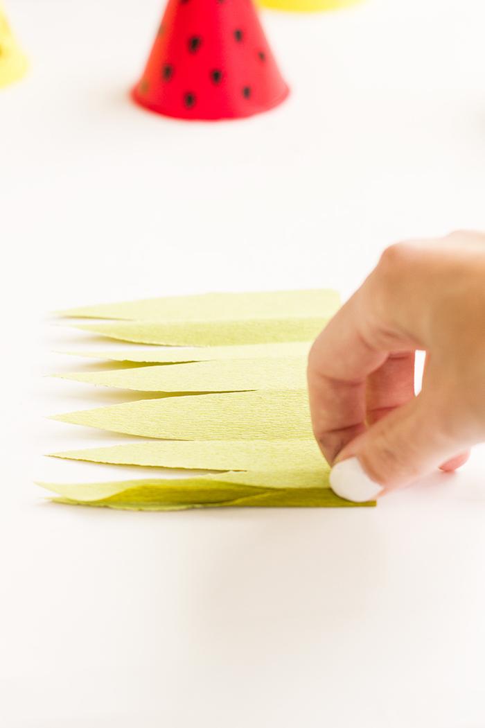 Blätter aus Krepppapier für Ananas und Wassermelone Partyhütchen basteln