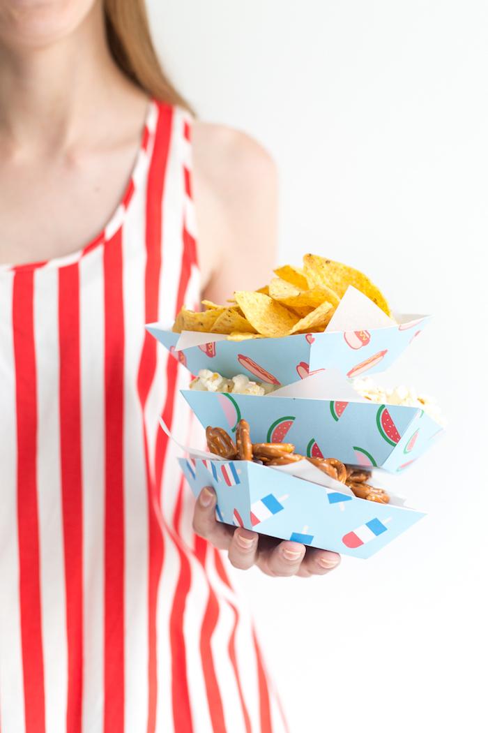 Nachos Popcorn und Mini Brezel in kleinen Tellern, DIY Idee für Sommerparty