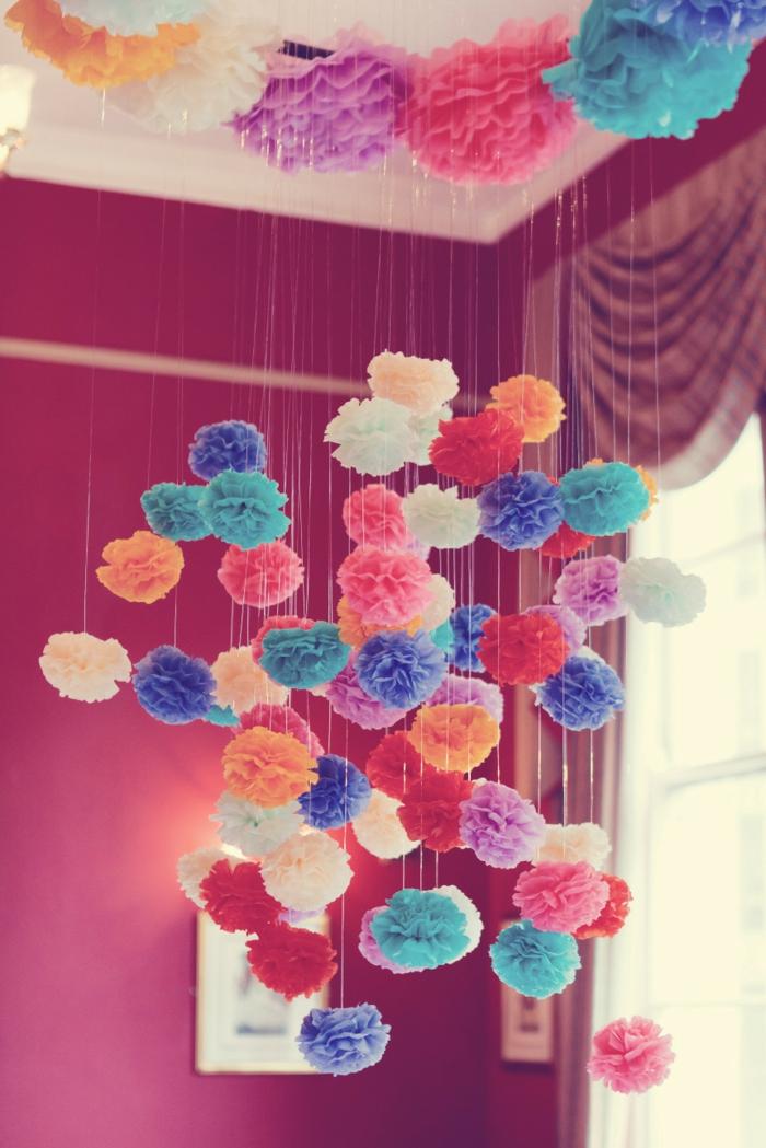 Pompons, die aus der Decke hängen in viele bunte Farben, Pompon Deko für Party