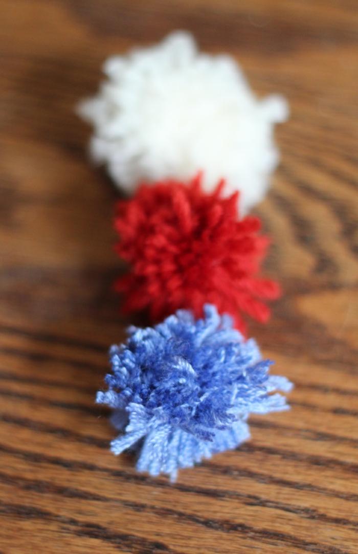 drei Ponpons wie die Fahne von Russland, Weiß, Rot und Blau, Pompons Deko