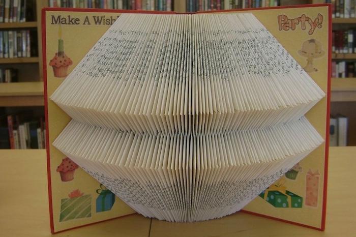diy geschenke, ein kleines kindebuch mit einem roten bucheinband und mit vielen weißen gefalteten seiten ein kinderbuch falten