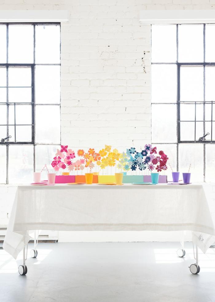 Papierblumen in lila, orange, gelber, blauer und anderer Farby, Deko für Babyparty