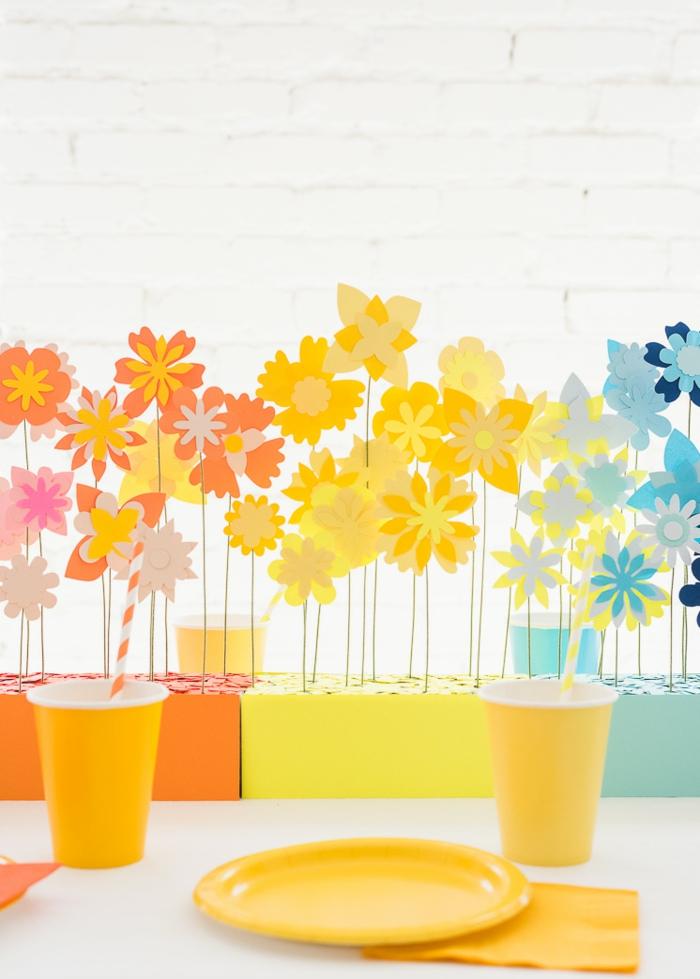blaue, gelbe und orange Papierblumen, Deko für Babyparty, Einweggeschirr in oranger Farbe