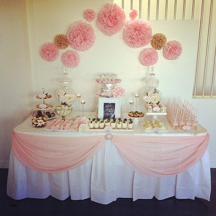 rosa Dekoration am Tisch, rosa Süßigkeiten, rosa Papierblumen, Deko für Babyparty