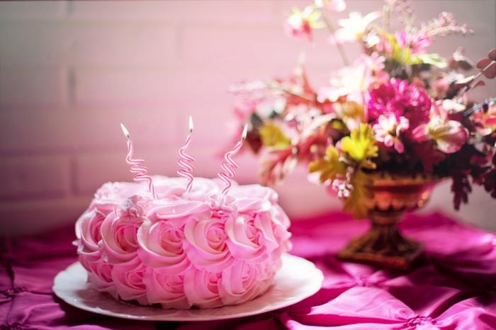 rosa Torte mit drei Kerzen, rosa Creme wie Rosen, echte Rosen in Vase, Deko für Babyparty