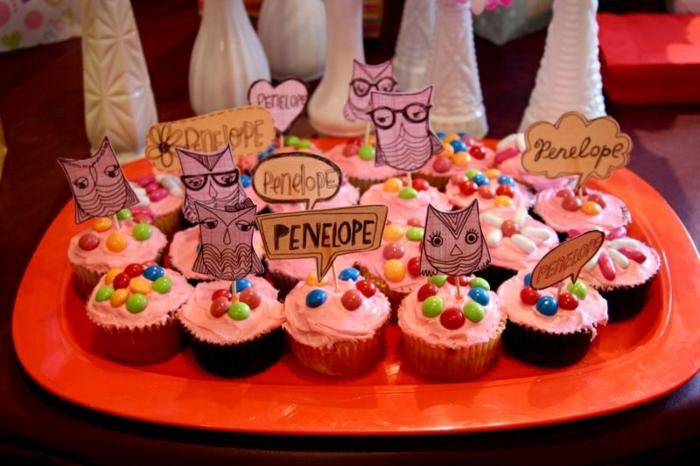 Cupcake für das Baby Penelone, DIY Babyparty Ideen mit Aufschriften und Eule dekoriert