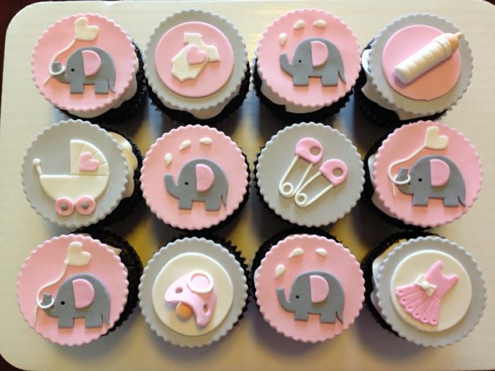 graue und rosa Cupcakes mit kleinen Figuren, Elefanten, Klammotchen, Babyparty organisieren