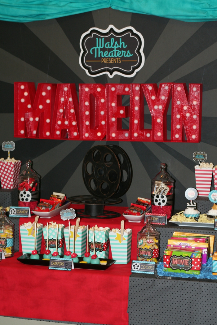 Babyparty Deko, rote Buchstaben, Süßigkeiten auf Haufen, rote Buchstaben mit dem Namen des Babys