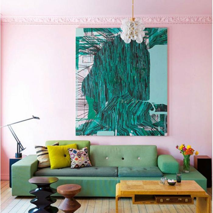 eine modernes Wohnzimmer mit großem Bild als Dekoration, welche Farbe passt zu rosa