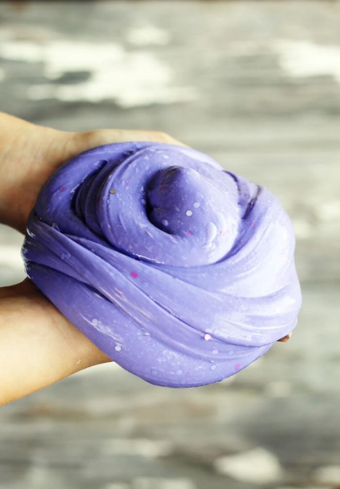 schleim selber machen und den effekt genießen, lila teig mit glitter perlen und styropor, bunt und lustig