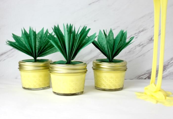 ananas schleim rezept, gelbes slime in glas mit grüner deko, eine lustige party idee