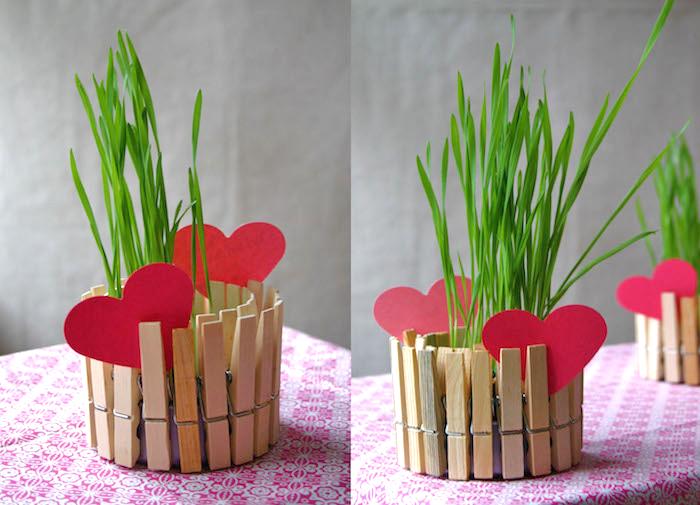 shcnelle mutterstagsgeschenke basteln, herzen aus rotsa papier, tisch, grüne pflanze, blumentopf aus konservendose dekoriert mit klammern