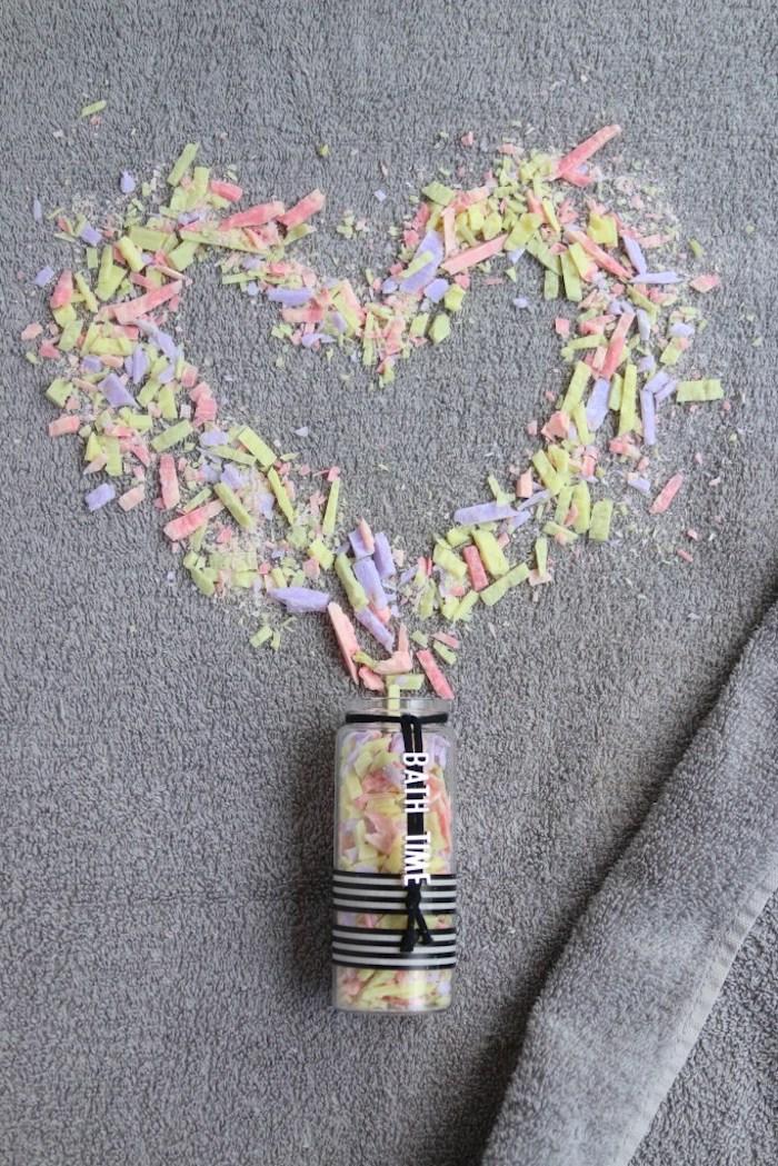 shcnelle mutterstagsgeschenke basteln, herz aus kleine stücken seifen in verschiedneen farben, spa zuhause