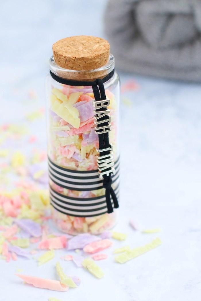 shcnelle mutterstagsgeschenke basteln, kleine flasche mit seifen in verschiedenen farben