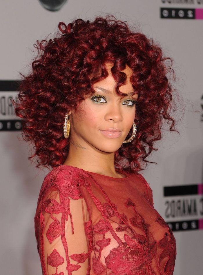 Rihana Haarfrisur, mittellange lockige Haare, Aubergine Haarfarbe, rotes Spitzenkleid