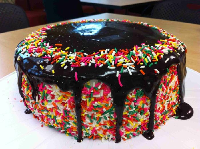 schwarze Glasur, bunte Streusel, märchenhafte Torte, Geburtstagstorte Rezept