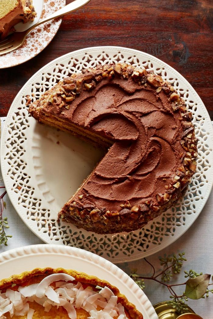 eine Schokoladetorte mit Walnüsse Deko in einem weißen Teller, einfache Torten