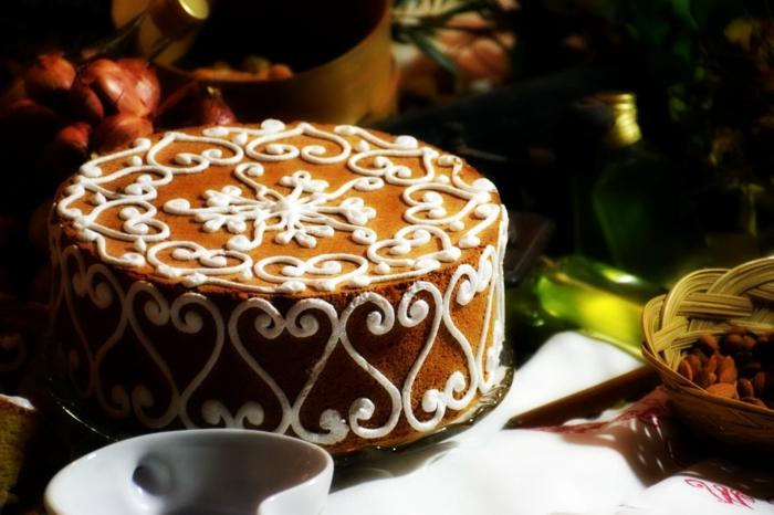 Schokotorte einfach, mit weißer Creme gedeckt, abstrakte Forme aus Creme