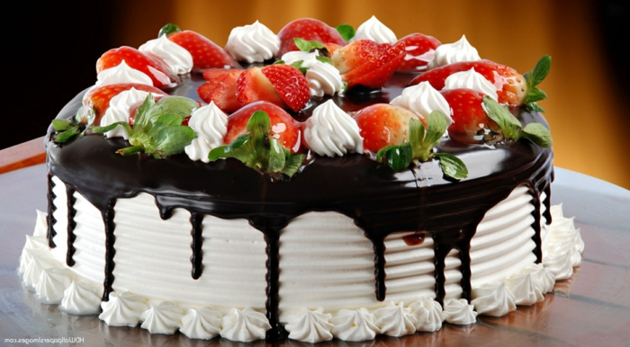 Schokotorte einfach, Schokoladencreme und Vanilien Creme, Erdbeeren als Deko