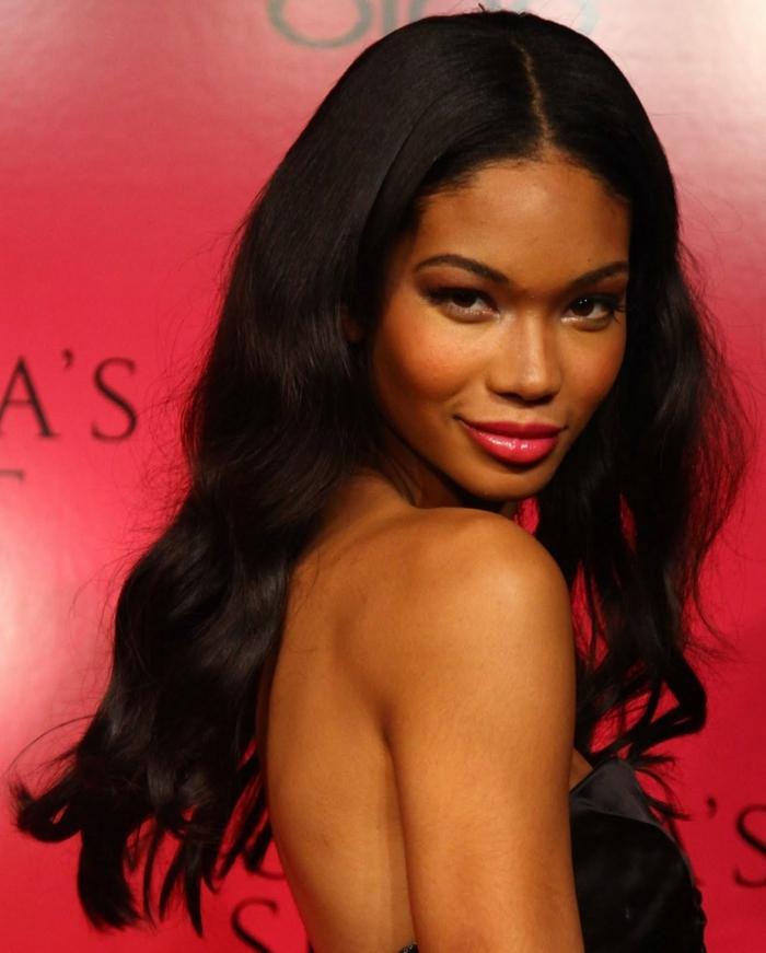 schwarze Haare, roter Lippenstift, Frisuren für lange Haare selber machen