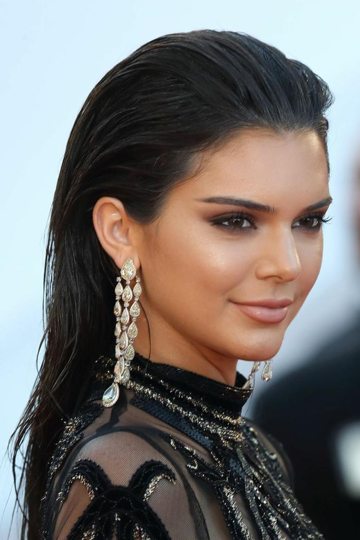 schwarze Haare von Kendall Jenner, dunkle Augen, dezentes Make up, Frisuren lange Haare