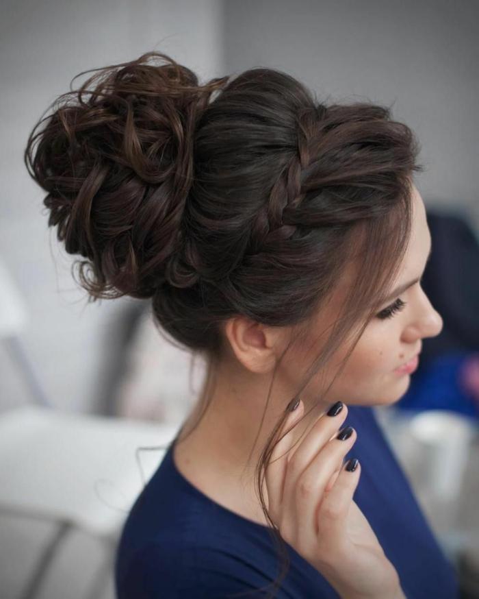 Hochsteckfrisuren für lange Haare, blaue Bluse, dunkelbraune Haare, Zopf wie Krone
