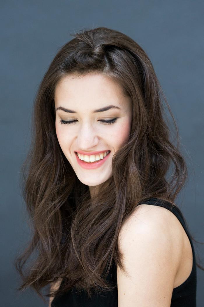 schwarze Haare, schwarzes Kleid, bezauberndes Lächeln, rosa Lippenstift, Frisuren für lange Haare selber machen