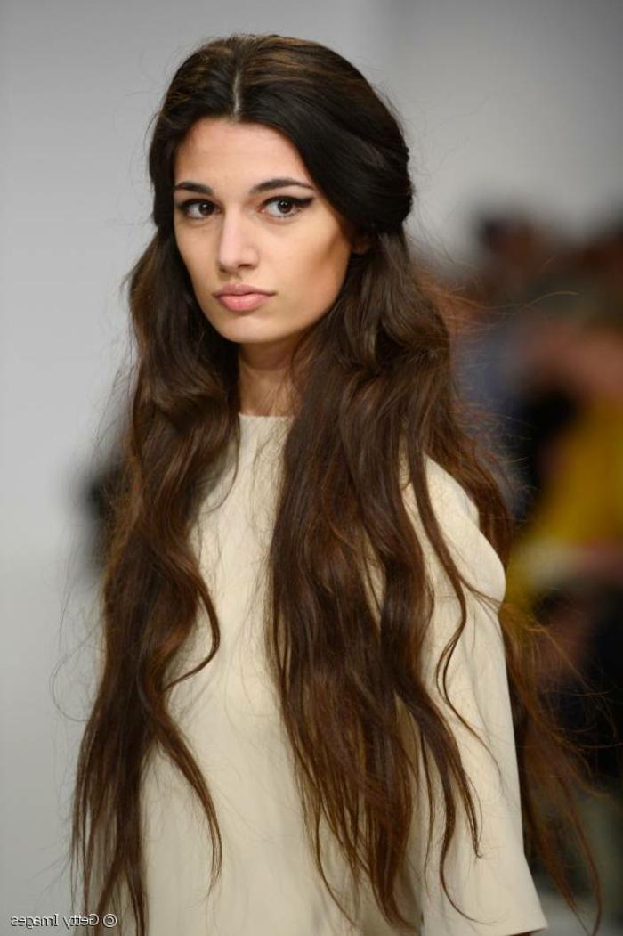 ein Model mit sehr lange Haare, weißes Kleid, Frisuren für lange Haare selber machen