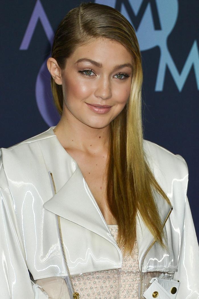 eine Prominente mit langem blondem Haar, weiße Jacke, einfache Frisuren selber machen