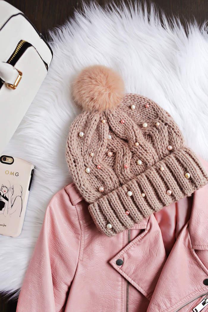 selbstgebastelte geschenke für frauen, rosa mütze dekoriert mit perlen, lederjacke, handy