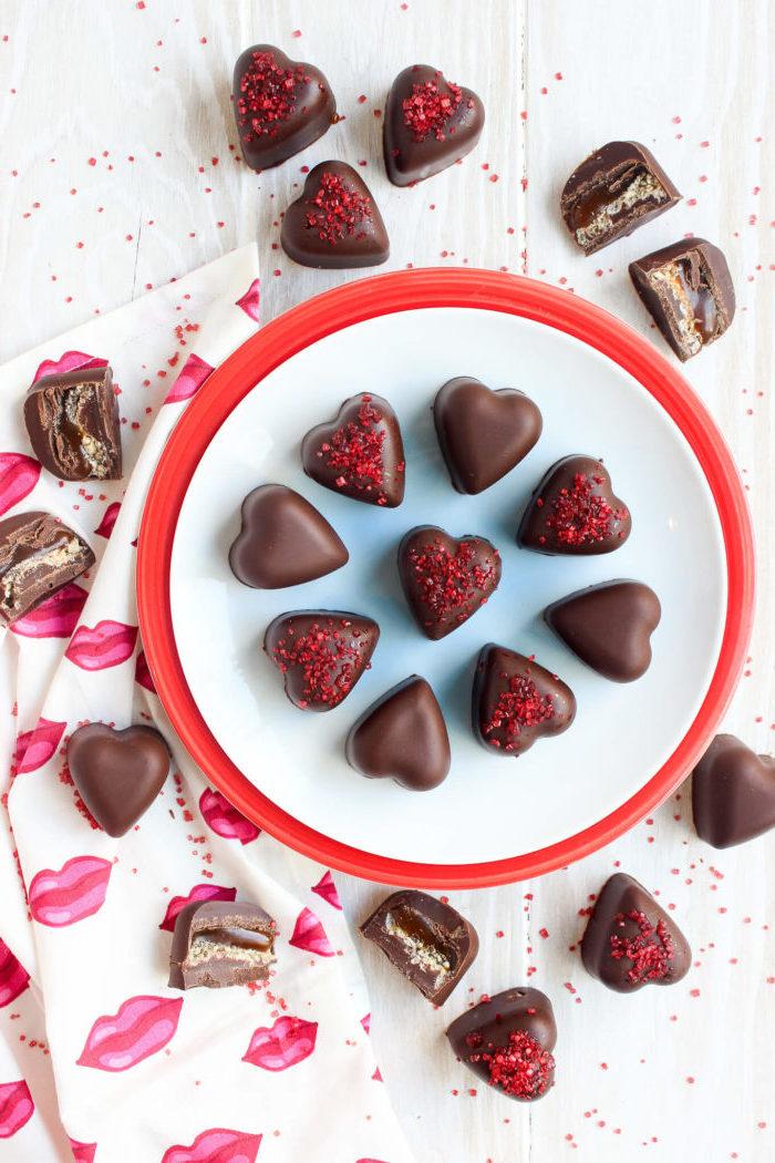 selbstgemachte geschenke zum 18 geburtstag, pralinen mit schokolade in form von herzen