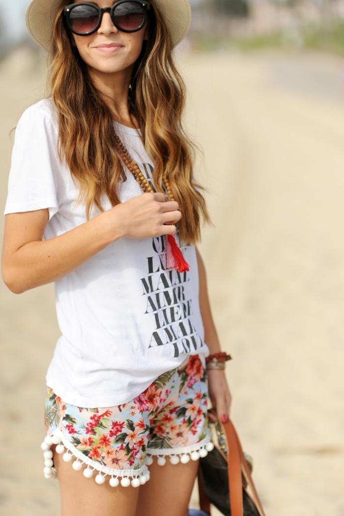 Pompon Deko auf dem Shorts, weiße Bluse, niedliches Mädchen mit langen, blonden Haaren