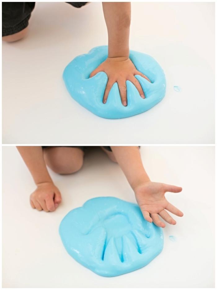 slime selber machen, handadruck in dem slime lassen, blaues slime kinderspiel