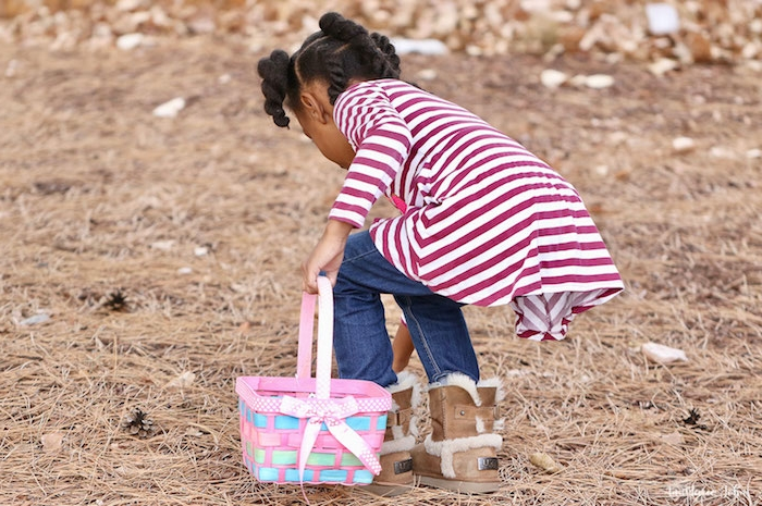 ein kleines mädchen, die kleine braunen tannenzapfen sammelt, ein mädchen mit einem pinken korb aus holz, bastelideen für kinder