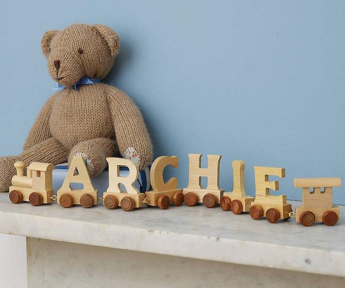 Schöne Idee für personalisiertes Taufgeschenk, Spielzeugeisenbahn aus Holz, mit dem Namen des Babys