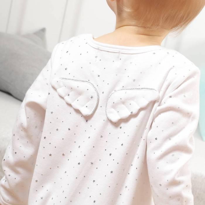 Süßes Geschenk zur Taufe, weiße Bluse mit kleinen Sternchen und Flügeln am Rücken