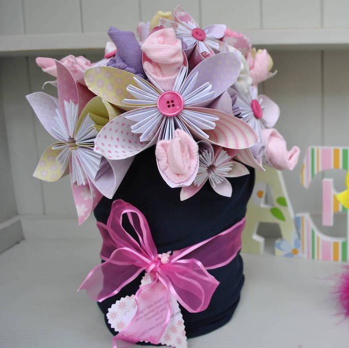 Baby Socken in Form von Blumen, kreative Idee für Taufgeschenk, bunter Blumenstrauß