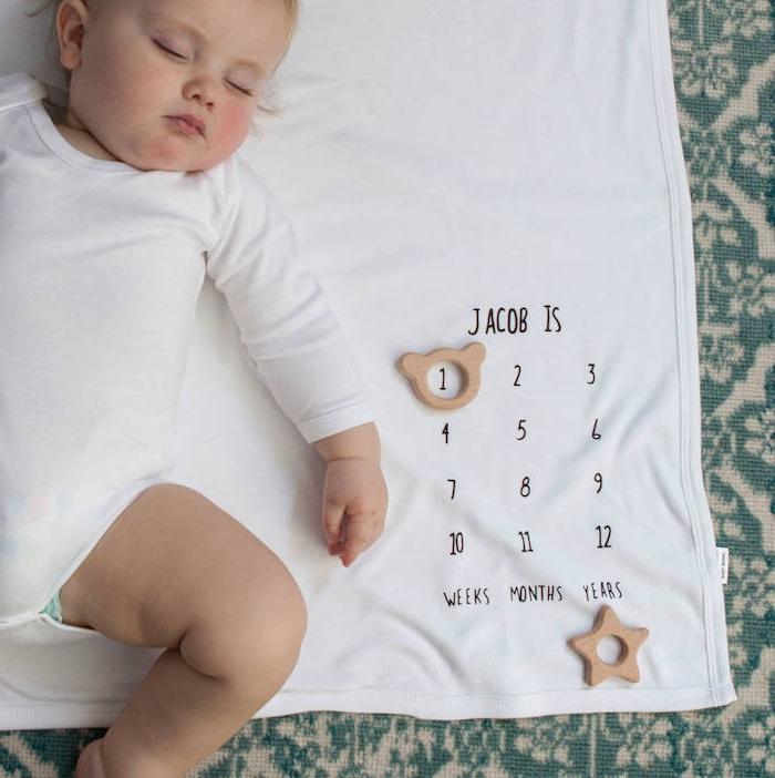 Personalisiertes Geschenk zur Taufe schenken, weiße Baby Decke mit dem Namen und Alter des Babys