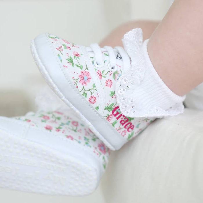 Weiße Babyschuhe mit Blumenmuster, personalisiertes Taufgeschenk, mit dem Namen des Babys