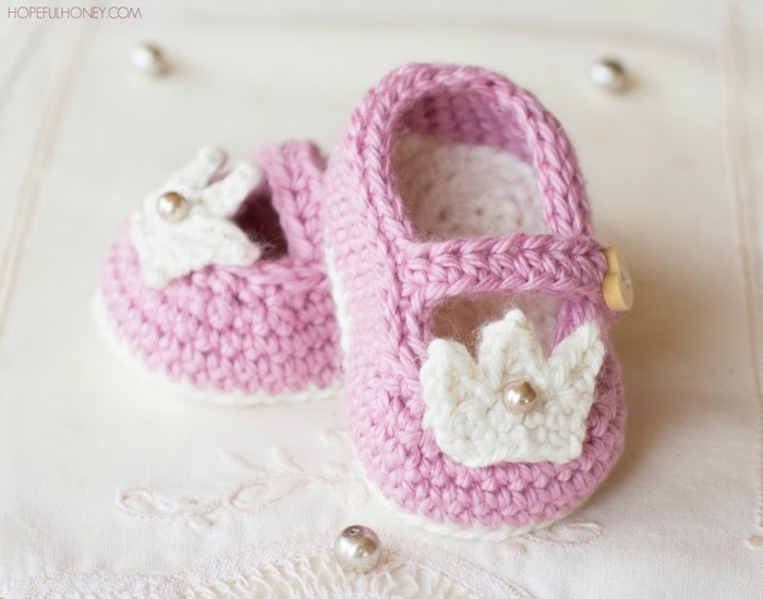 Selbstgestrickte rosa Babyschuhe mit weißen Kronen und Perlen, Taufgeschenk für Mädchen