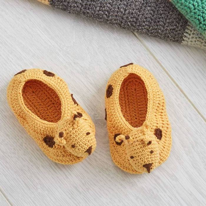 Süße gelbe Babyschuhe selbstgestrickt, DIY Ideen für Taufgeschenke