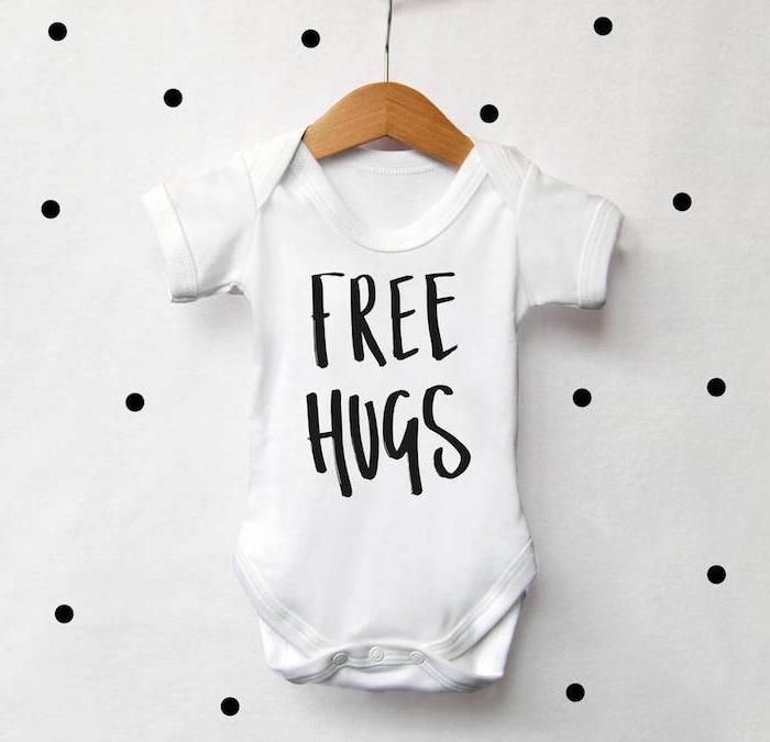 """Personalisiertes Babybody zur Taufe schenken, weiß mit schwarzer Aufschrift """"free hugs"""""""