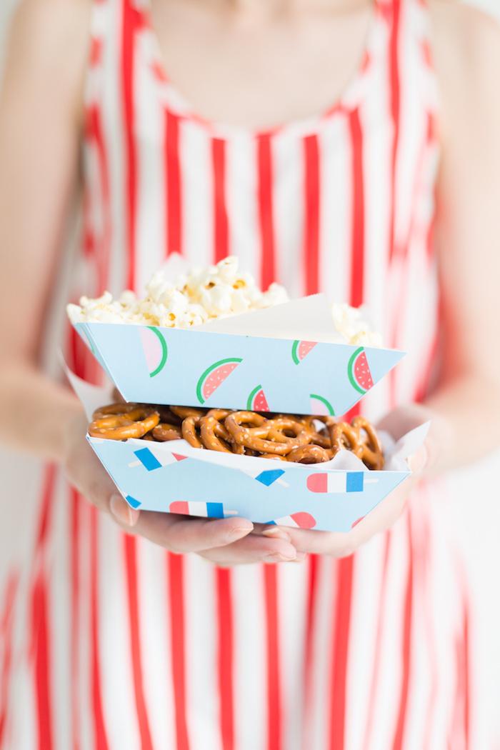 Popcorn und Mini Brezel in kleinen Tellern aus Papier, coole Idee für Sommerparty