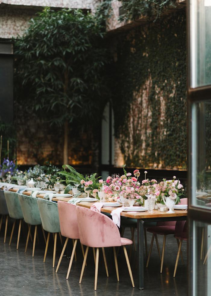 Idee für Hochzeitsdekoration, viele Blumen auf dem Tisch, Servietten in der Farbe der Stühle