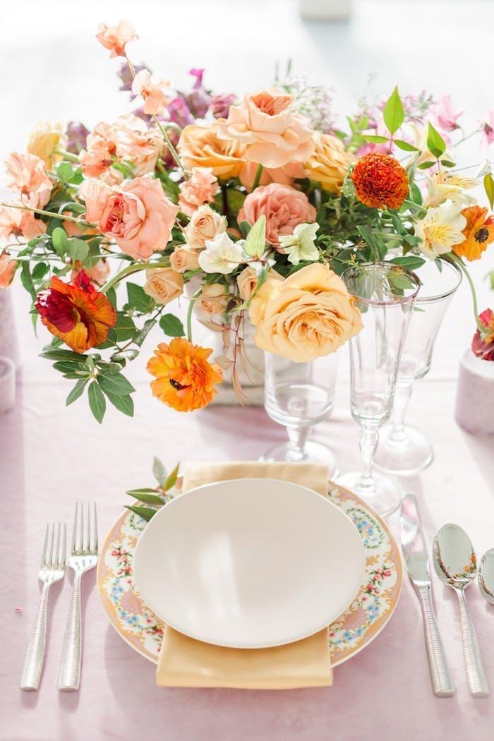 Tischdeko für Hochzeit in Apricot, Strauß aus Rosen und Gerbera, Servietten in Apricot