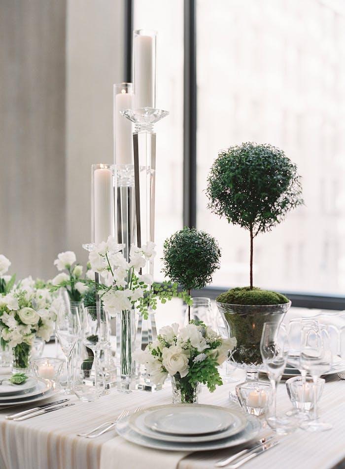 Stilvolle Tischdeko für Hochzeit, weiße Blumen und Kerzen, Bonsai in Kristallvase
