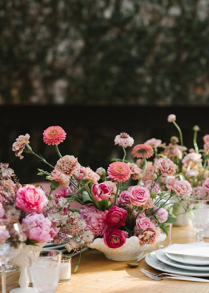 Hochzeitsdeko mit vielen Blumen, rosarote Nelken Rosen und Pfingstrosen